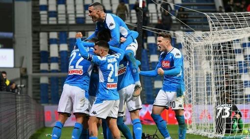 Игроки «Наполи» празднуют гол в ворота «Сассуоло» (матч первого круга)