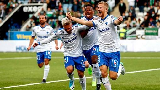Игроки ФК «Норрчепинг» празднуют свой очередной забитый гол