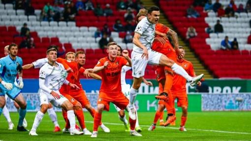 Борьба за мяч после углового в матче «Рубин» — «Урал»