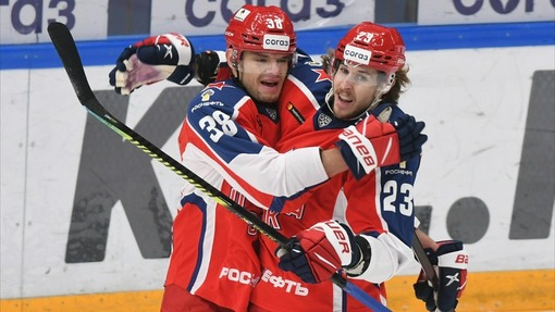 Марио Кемпе (23) и Михаил Науменко (38) — игроки ЦСКА